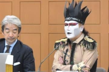 懇談会で発言するデーモン閣下(2018年10月22日、東京都内)