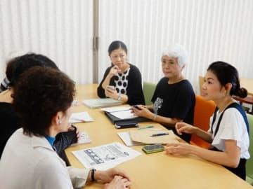 バザーの打ち合わせをする(右から)大井さん、小海さん、野々口さんら「お宝レンジャー」のメンバー=横浜市中区