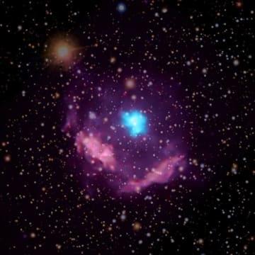 天の川銀河で最も若いパルサーであるKes 75。青色の天体パルサー風星雲で、紫色の天体が超新星爆発後に発生した星の残滓 (c) NASA/CXC/NCSU/S. Reynolds; Optical: PanSTARRS