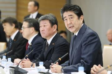 未来投資会議で発言する安倍首相(右端)=22日午後、首相官邸