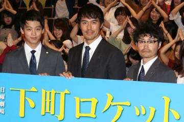 TBS系日曜劇場「下町ロケット」で主演を務める阿部寛さん(中央)