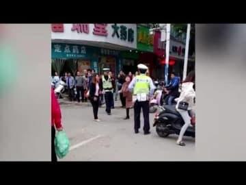 中国の逆ギレ女に刃物で襲われた警官、きれいな払い腰で撃退