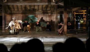 幻想的な舞台が観客を魅了した厳島観月能=22日午後7時54分(撮影・藤井康正)