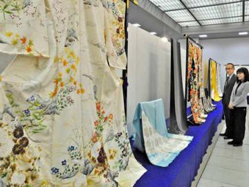 技術の粋を集めた振り袖や留め袖が並ぶ京友禅きもの芸術展(京都市左京区・みやこめっせ)