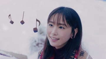 女優の新垣結衣さんが出演する「メルティーキッス」の新CM「雪原のピアノ編」の1シーン