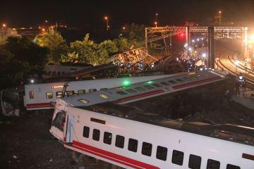 台湾で鉄道脱線、18人死亡 速度超過 自動制御装置が不作動か