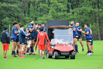 ラグビー日本代表合宿で使われている大型モニター付きカート(日本ラグビー協会提供)