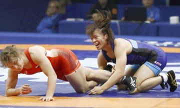 女子59キロ級準決勝でロシア選手(左)を破り、決勝進出を決めた川井梨紗子=ブダペスト(共同)