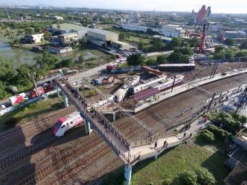 台湾で起きた列車事故の現場=22日、宜蘭県(中央通信社=共同)
