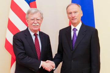 22日、モスクワで会談した米国のボルトン大統領補佐官(左)とロシアのパトルシェフ安全保障会議書記(ロシア安全保障会議提供、タス=共同)