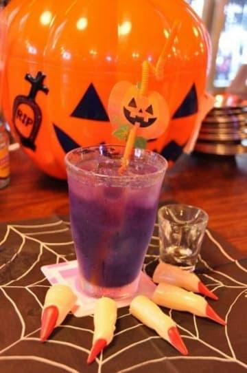 青から紫に色が変わるハーブティー「バタフライピー」(横須賀市提供)