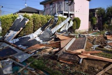 約70メートル先の住宅の屋根が強風で飛散した畑=横浜市保土ケ谷区上星川