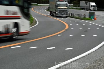 国道18号碓氷バイパスにペイントされた路面標示=安中市松井田町