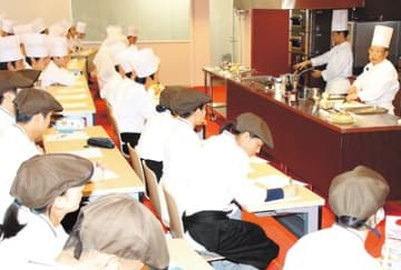 一流の技・心に触れる 富山調理製菓専門学校で特別実習