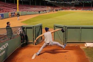敵地フェンウェイパークのブルペンで投球練習を行ったドジャース・カーショー【写真:Getty Images】