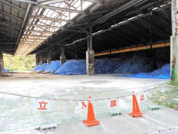 再開のめどが立たないJAぎふ堆肥センター。防疫のためシートに覆われた堆肥が積まれている=22日午後、岐阜市佐野