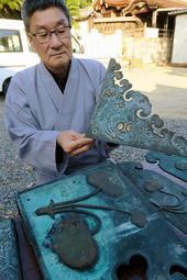 国重文の社殿の飾り金具から見つかった金箔張りの装飾=たつの市御津町室津