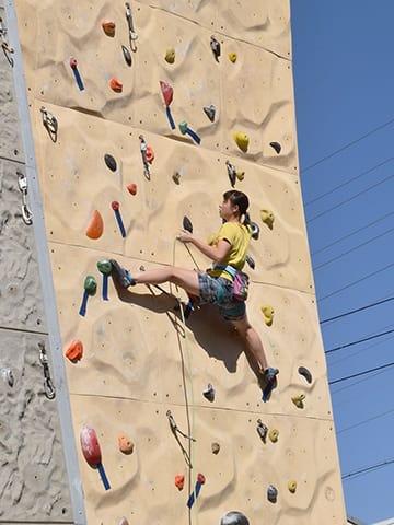 高さ15メートルの壁をよじ登る選手=安八郡安八町牧、安八スカイウォール