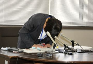 【懲戒処分を発表し、陳謝する廣田教育長=三重県庁で】