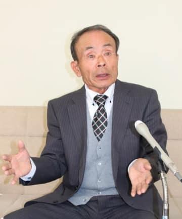 【明和町長選への立候補を表明する田辺氏=松阪市役所で】