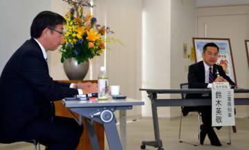 【鈴木知事(右)と櫻井市長の「1対1対談」=亀山市羽若町の市総合保健福祉センターで】