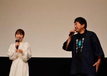 【あいさつをする瀬木さん(右)と川栄さん(左)=東京都中央区銀座の丸の内TOEIで】