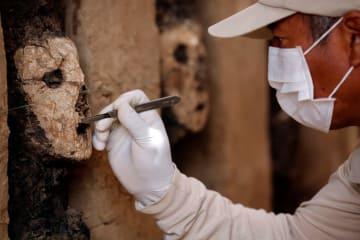 ペルー北部のチャンチャン遺跡で見つかった14世紀ごろの木製の像=22日、トルヒヨ(ロイター=共同)