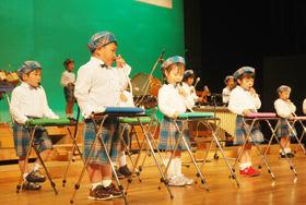 器楽演奏を披露する緑丘保育園の子どもたち