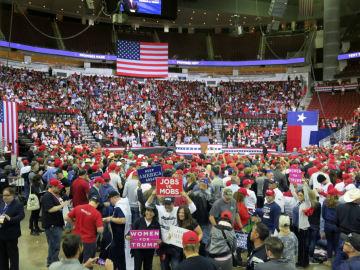 トランプ米大統領の集会開始を待つ支持者ら=22日、テキサス州ヒューストン(共同)