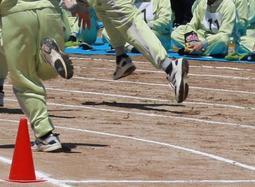 運動会で懸命にグラウンドを駆ける受刑者ら=加古川市八幡町宗佐