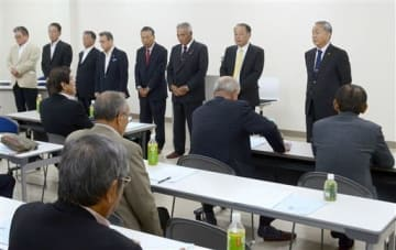 県内漁協の組合長らを前に抱負を述べる藤森隆美会長(右端)ら県漁連の新執行部=22日、熊本市西区