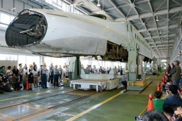 車両検査の実演で持ち上げられたN700系の先頭車両(2015年の新幹線フェスタ)
