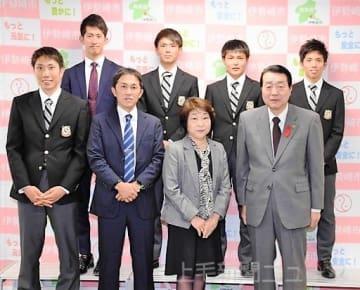 11年連続の箱根駅伝出場を決め、五十嵐市長(手前右)を訪問した上武大駅伝部