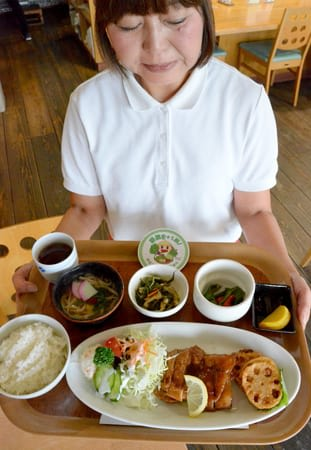 「ベジカフェ」で人気の定食。野菜を使った小鉢を1皿サービスしている(草津市下物町・道の駅草津)