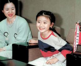 全日本卓球選手権バンビの部で3年連続優勝し、河北新報社に報告に訪れた福原選手(右)と母の千代さん=1996年9月
