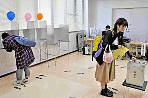 福島大で福島県知事選投票始まる 大学構内唯一の期日前投票所