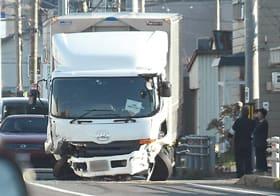 乗用車と衝突し前部が破損したトラック
