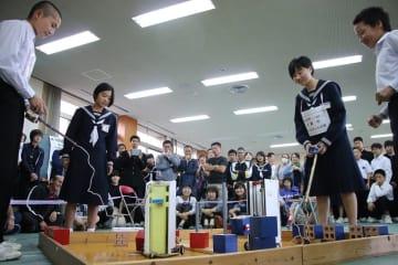 久賀中のチーム同士で熱戦が繰り広げられた活用部門の決勝=五島市勤労福祉センター