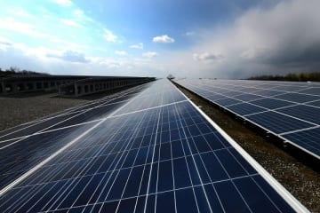 世界では風力、太陽光など変動型自然エネルギーが最も安価なエネルギーになりつつある (写真:Solar power generation by minoru karamatsu)