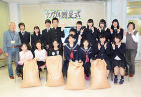 聾学校と東翔高の生徒らが集め、寄贈したリングプル