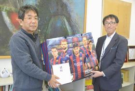 伊藤裕司施設長にグッズを寄贈する上岡靖英店長(右)