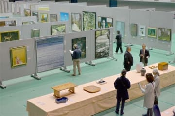 288点の絵画や工芸が並ぶ人吉球磨総合美展の会場=人吉市