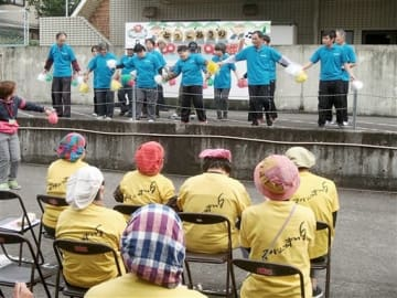 とっておきの音楽祭inひとよしで、ダンスを披露する参加者=人吉市