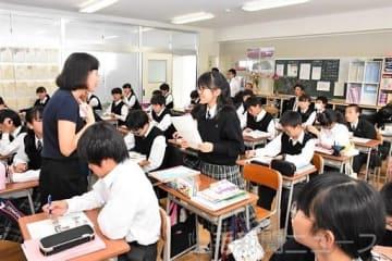 生徒との会話を大事にして英語の授業を行う戚さん(左)