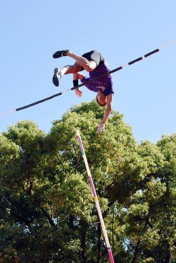 棒高跳びで5メートル50センチを超える高さをクリアした山本聖途選手=佐賀市城内の本丸通り