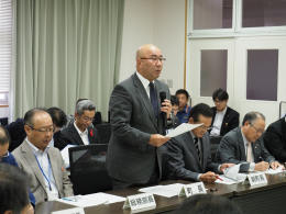 町議会全員協議会で旧庁舎解体工事の手続きミスを謝罪する平野町長