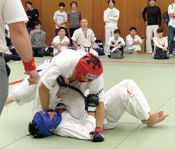 総合格闘技の全国大会で組み合う益田さん(上)=蒼天塾提供