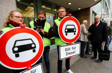 ディーゼル車の乗り入れ禁止を求めるドイツの環境保護団体=9日、ベルリン(ロイター=共同)