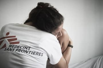 DVを受けた18歳の女性患者に寄り添うMSFの心理ケアスタッフ © Christina Simons/MSF