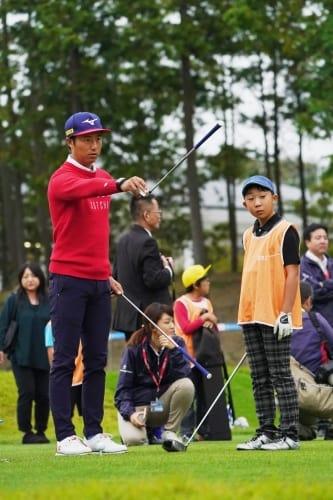 この日は練習ラウンドのほか、ジュニアレッスン会に参加した小鯛竜也(撮影:鈴木祥)